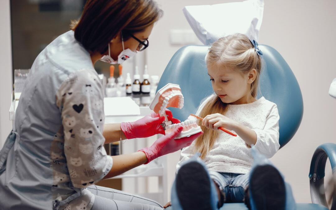 Psychoedukacja dla rodziców – pierwsza wizyta dziecka u dentysty – zabawa czy trauma do końca życia?